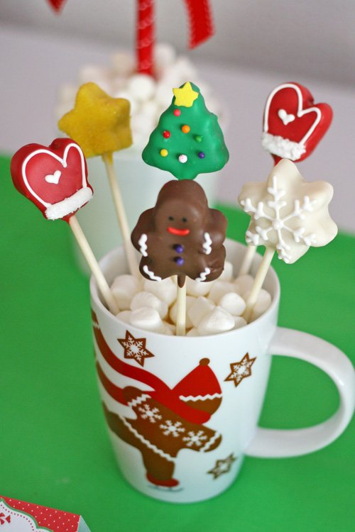 Cute Christmas Cake Pops (and a Christmas Dessert Table) - glorioustreats.com