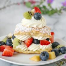 So gorgeous!! Lemon Cream Puffs with Fresh Fruit - via GloriousTreats.com
