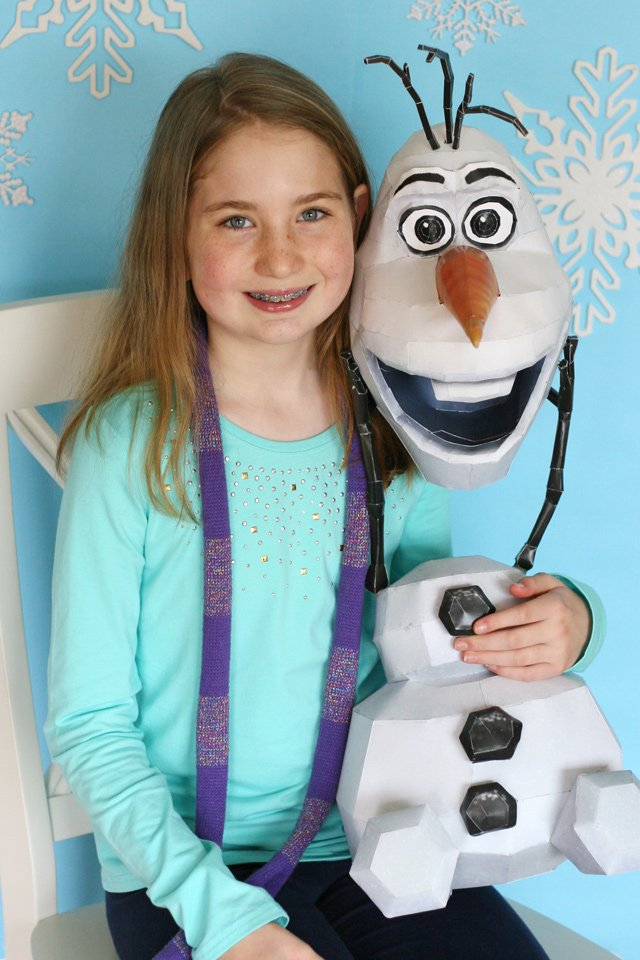Frozen birthday party photo booth. Such a fun way to photograph party guests!