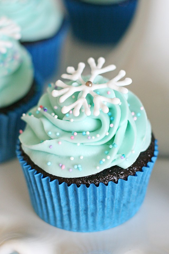 Simply beautiful snowflake cupcakes!  Perfect for a Frozen party or any winter or Christmas party!