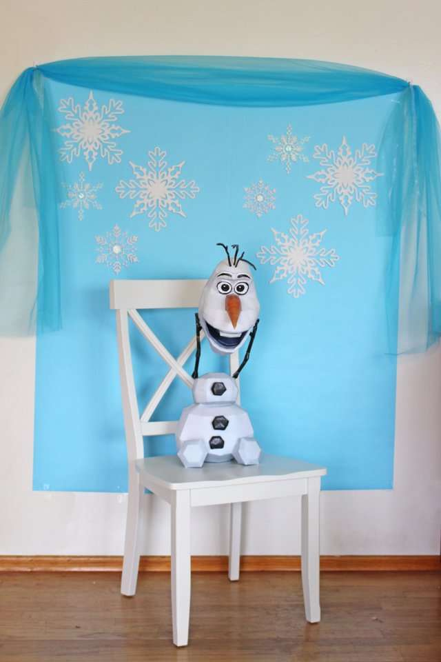 Frozen photo booth idea - Such a fun way to photograph party guests!