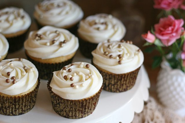 Simply beautiful! Brown and white cupcakes for a Vintage Wedding!